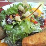een lunch, met paprika en tuinkers als garnering